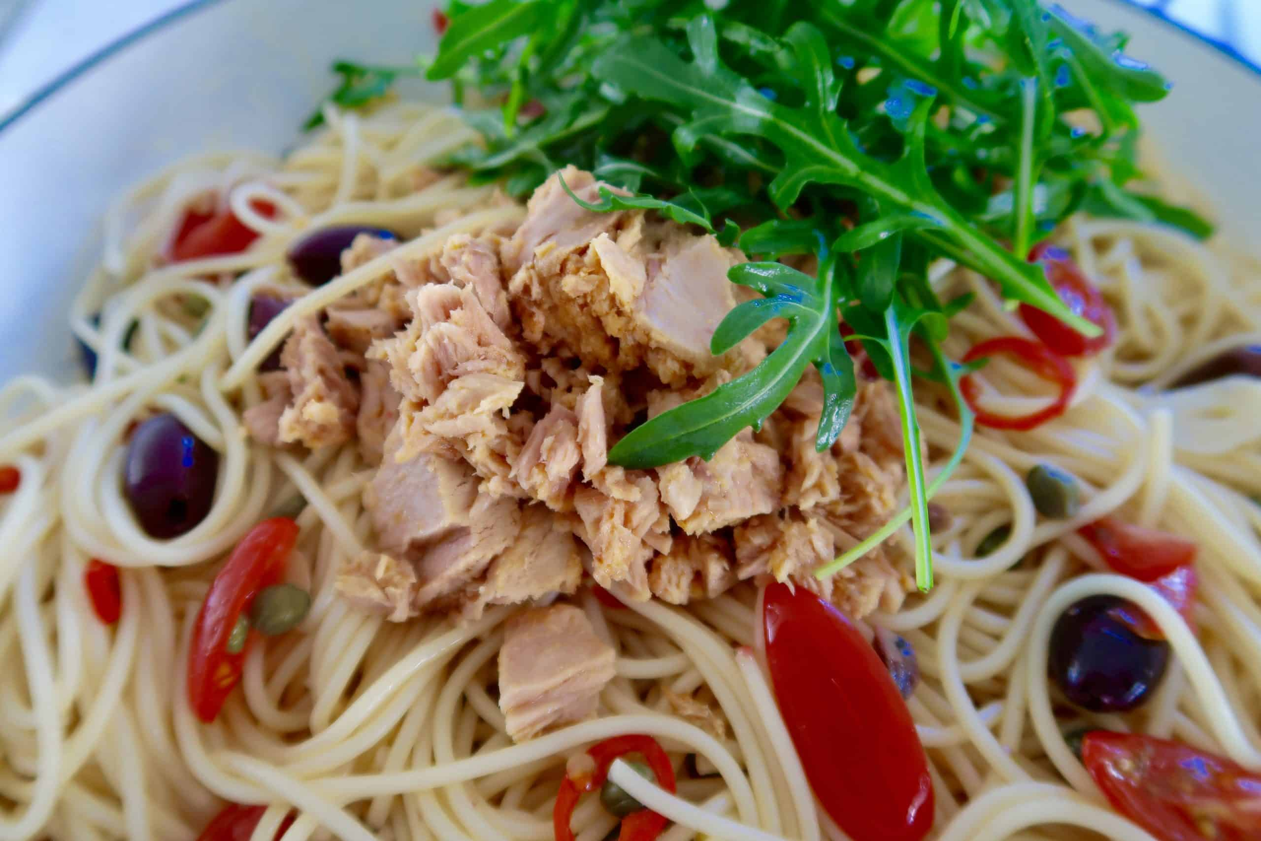 easy quick tuna pasta ingredients in frying pan with tuna and rocket on top