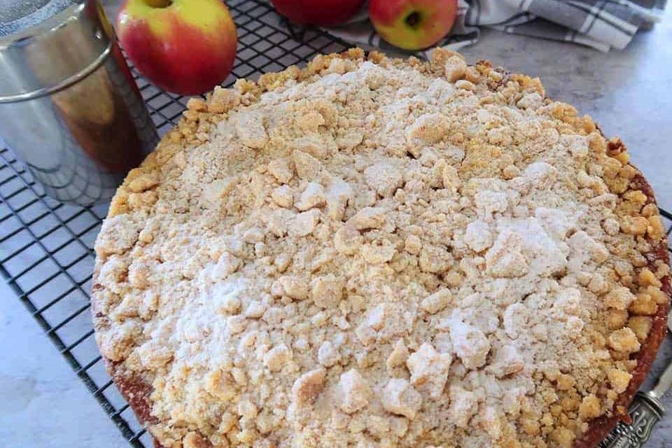 fresh apple crumble cake